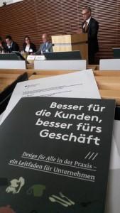 Ein Exemplar der Studie liegt im Auditorium des BMWi. Im Hintergrund spricht der Referent