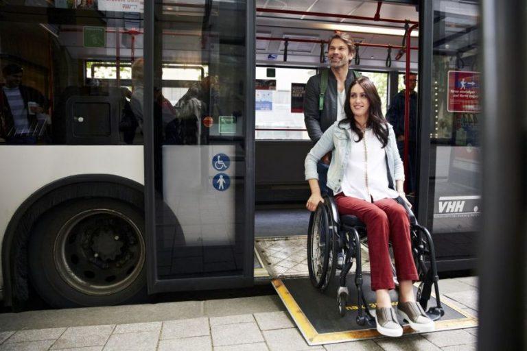 Eine Rollstuhlfahrerin verlässt den Buss über eine ausgeklappte Rampe