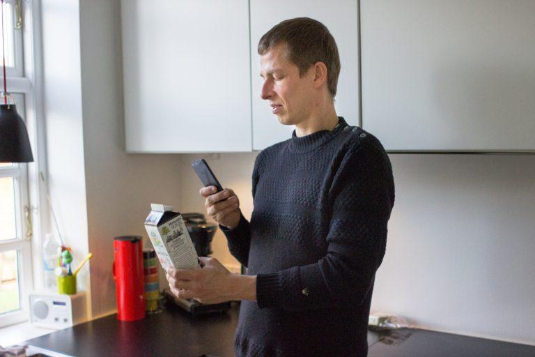 Blinder Nutzer scannt mit der App eine Milchtüte