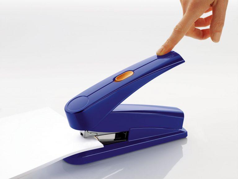 Ein blaues Stapelgerät beim Zusammenheften von einigen Blatt Papier