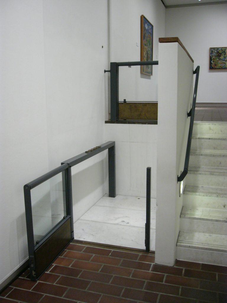 Hublift als Teil einer Treppenanlage im Museum Luisiana Kopenhagen