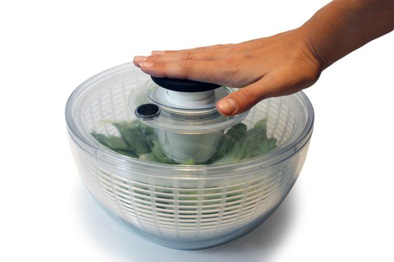 Runde Salatschleuder, die von oben gedrückt werden muss