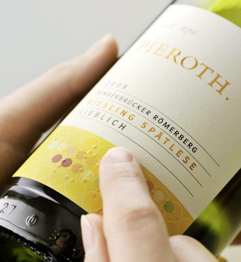 Etikett an Weinflasche mit Braille-Schrift
