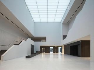 EIngangshalle des LWL-Museums aus weisesem Stein und mit Lichtdecke