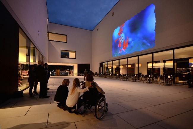 Videoprojektion im Patio des LWL Landesmuseums für Kunst und Kultur