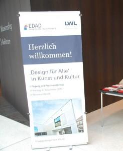 Plakat der Tagung auf dem Boden vor dem Veranstaltungsraum