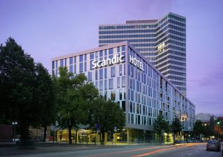 Eingang des Scandic Hotels Hamburg